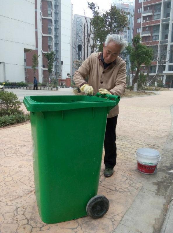 南国花郡:清洗垃圾桶 获业主点赞